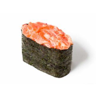 Острые суши с лососем в кафе Микс