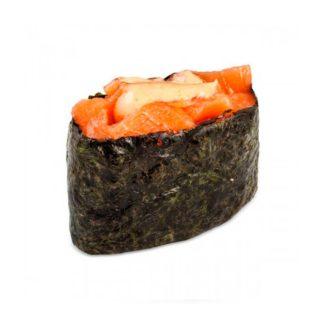 Острые суши с копчённым лососем в кафе Микс