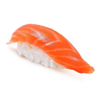 Суши с копченным лососем в кафе Микс