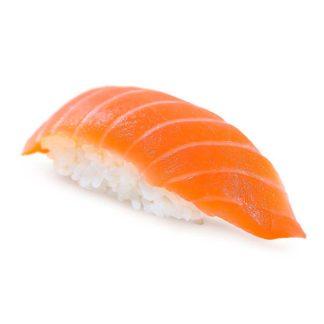 Суши с лососем в кафе Микс
